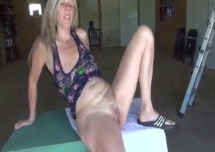 Urgent blowjob from mom in a park